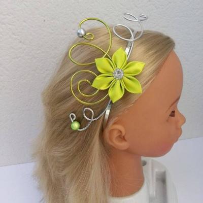 serre tête femme ou enfant fil aluminium et  fleur de satin vert anis et argent