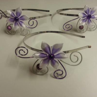 serre tete femme ou enfant  fil aluminium et fleur de satin  blanche et mauve
