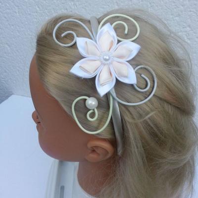 serre tête femme ou enfant fil aluminium et  fleur de satin blanc et ivoire