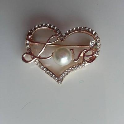 attache traine  broche dorée mariage coeur  strass 30*35mm