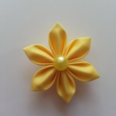 Fleur  4cm pétales pointus jaune