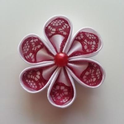 Fleur satin blanche et dentelle bordeaux 5cm ronde