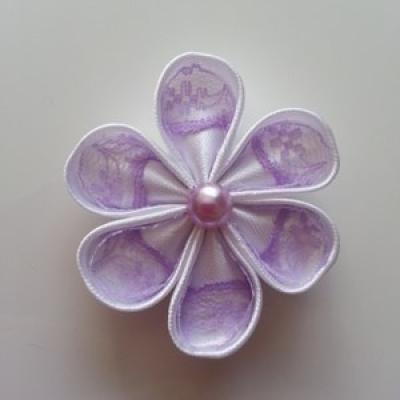 Fleur satin blanche et dentelle mauve 5cm ronde