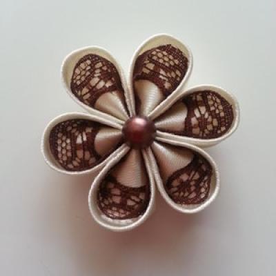 Fleur satin  de couleur et dentelle 5cm ronde ivoire et marron