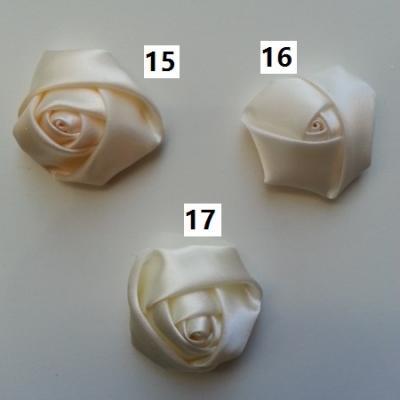 Fleur de satin bouton de rose dans les tons ivoire numéro 16