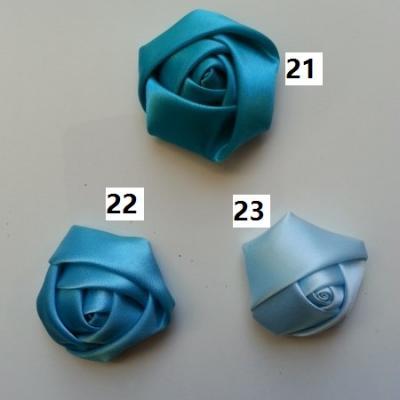 Fleur de satin bouton de rose dans les tons bleu numéro 22