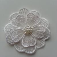 fleur en dentelle double blanche et demi perle fraise    60 mm