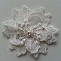 fleur en dentelle ,satin de soie  et strass  75 mm