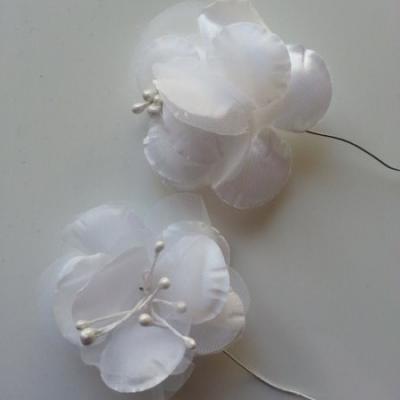 lot de 2 fleurs en tissu blanc 45mm sur tige avec pistils