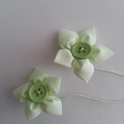 lot de 2 fleurs en tissu centre bouton vert  sur tige 50mm