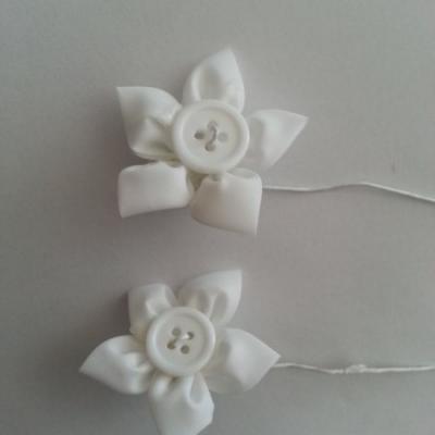 lot de 2 fleurs en tissu centre bouton blanc  sur tige 50mm