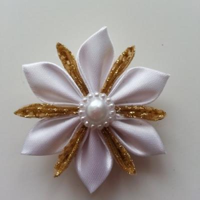 fleur de satin blanc et tissu or 5cm petales pointus