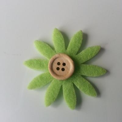 fleur  en feutrine centre bouton vert   50mm