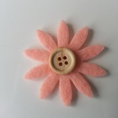 fleur  en feutrine centre bouton peche    50mm