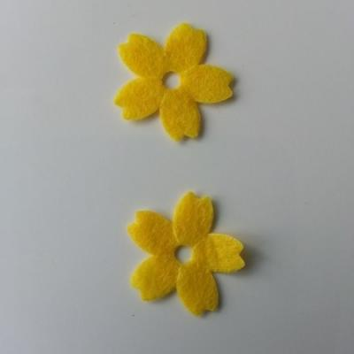 Lot de 2 fleurs en feutrine   25mm jaune