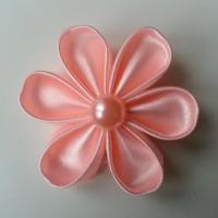 Fleur satin unie pêche 5cm pétales ronds