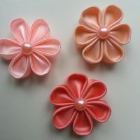 lot de 3 fleurs de  satin   5cm pétales ronds dans les tons pêche