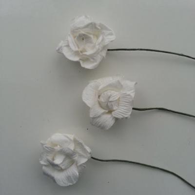lot de 3  roses en papier blanc sur tige 30mm