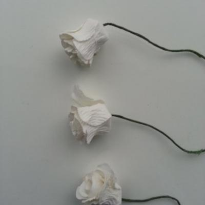 lot de 3 boutons de rose en papier blanc sur tige 20mm