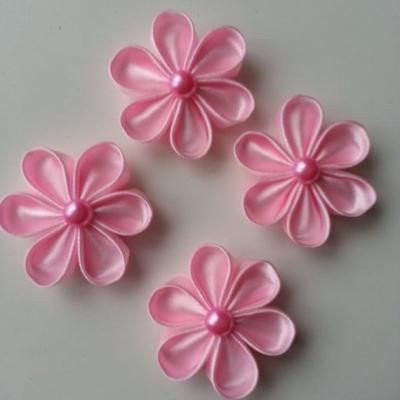4 fleurs de satin rose pale  et centre demi perle rose