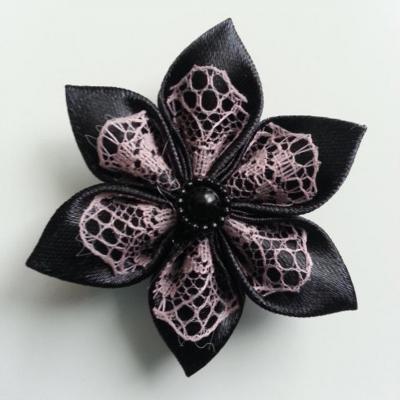 Fleur satin noire et dentelle vieux rose  5cm