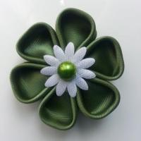 Fleur de satin 5 cm pétales ronds vert kaki centre blanc