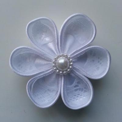Fleur satin blanche et dentelle blanche 5cm ronde