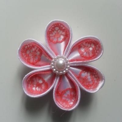 Fleur satin blanche et dentelle rose  saumon 5cm ronde