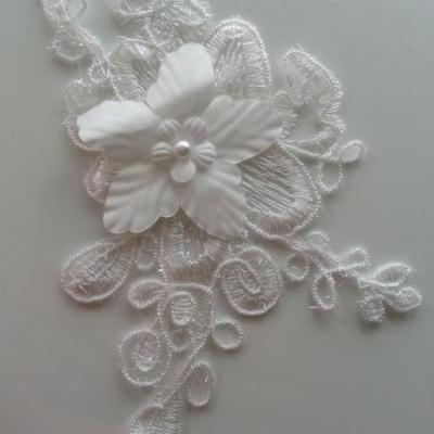 applique  en dentelle et fleur blanche  16*11cm