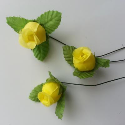 Lot de 3 roses et feuilles en tissu  sur tige jaune