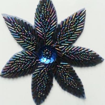 applique à coudre fleur en perle bleue irisée 10cm
