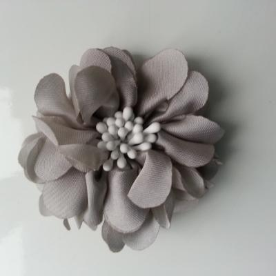 fleur en satin de soie et pistils 50mm  gris