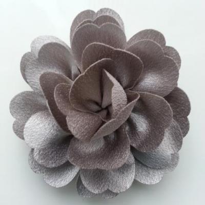 fleur en tissu cristal crêpe satiné  75mm gris