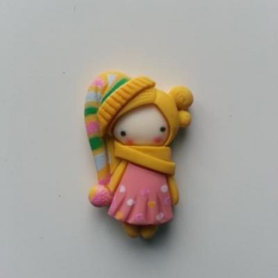 embellissement fille au bonnet  jaune en résine 30*20mm
