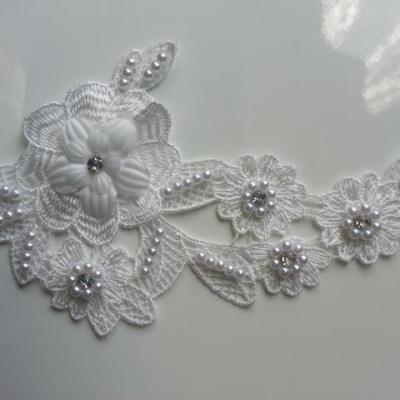 applique  en dentelle et fleur blanc avec perle et strass  11*16cm