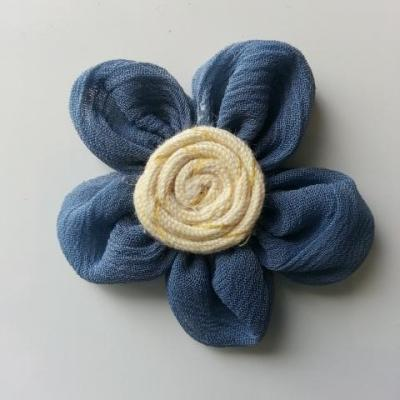 rosette en tissu crêpe bleu et ivoire 45mm