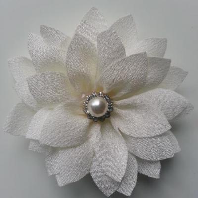 fleur en tissu centre perle et strass de 55mm ivoire
