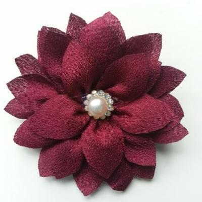 fleur en tissu centre perle et strass de 55mm bordeaux