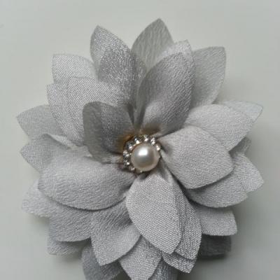 fleur en tissu centre perle et strass de 55mm gris