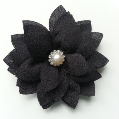 fleur en tissu centre perle et strass de 55mm noir