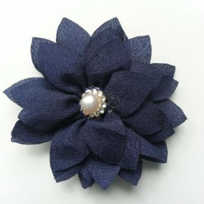 fleur en tissu centre perle et strass de 55mm bleu marine