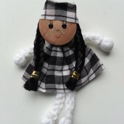petite poupée tissu jnoir et blanc   50*70mm ideal pour creation de barrettes