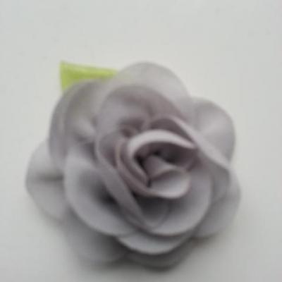 Fleur en mousseline avec feuille  50mm gris