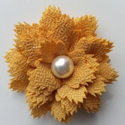 fleur en tissu centre perle 60 mm moutarde