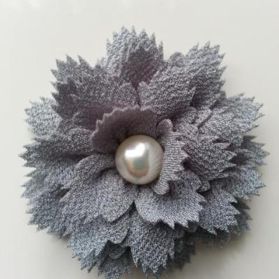 fleur en tissu centre perle 60 mm gris