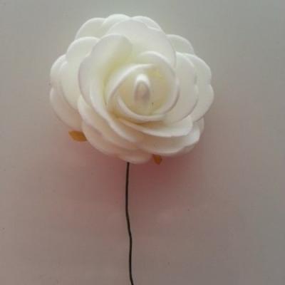 rose en mousse sur tige blanc cassé 50mm
