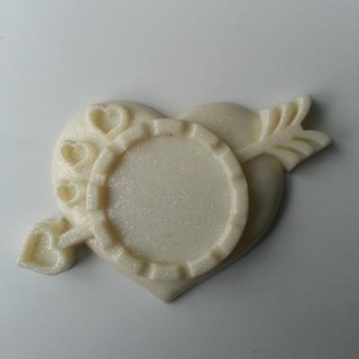 Support pour cabochon de 25mm  en résine  coeur flêche ivoire