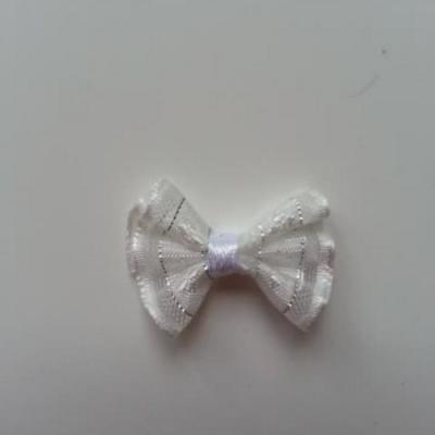 Petit noeud  de couleur blanc et argenté    25*19mm