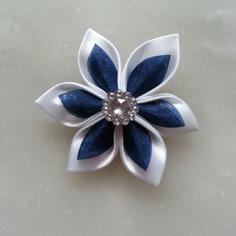 Fleur satin blanche et organza bleu marine 5cm