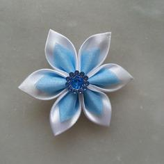 Fleur satin blanche et organza bleu ciel 5cm